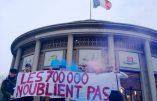 Une banderole devant le CESE pour l'anniversaire du refus des 700.000 pétitions