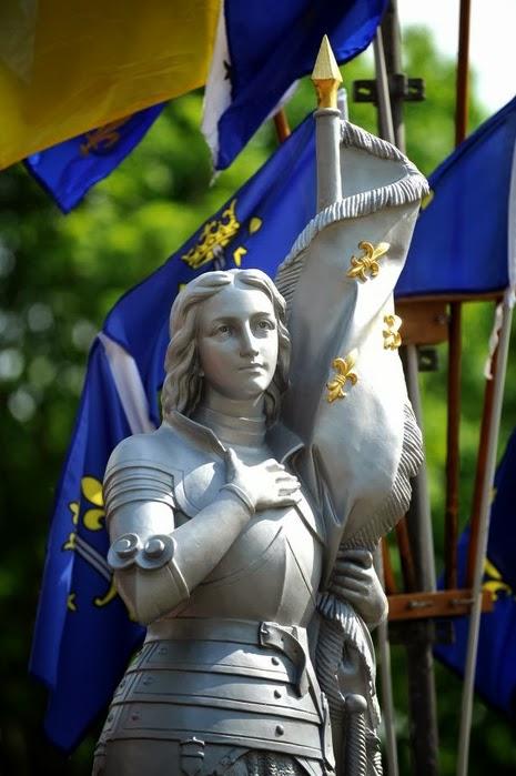 Chrétiens d'Orient : le génocide.. Jeanne-d-Arc-statue-drapeaux