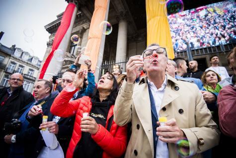 Yvan Mayeur (en pardessus beige à droite) faisant des bulles à la Belgian Pride, gay pride bruxelloise, le samedi 16 mai 2015