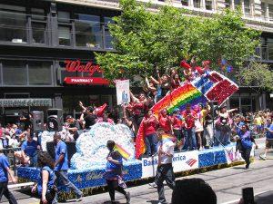 La Bank of America et son char à la gay pride... Il s'agit de l'une des quatre plus importantes banques des Etats-Unis.
