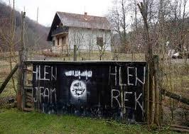 L'entrée du hameau islamiste de Osve aux couleurs de l'Etat Islamique