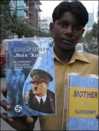 Au Bengladesh, un vendeur de rue propose Mein Kampf à la criée !