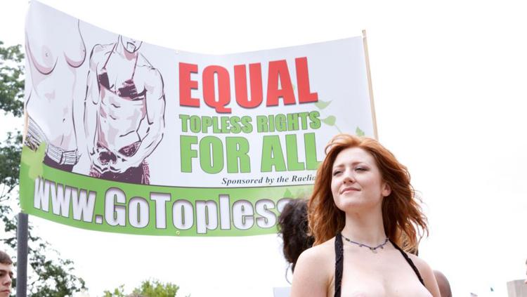 Une banderole très marquée par l'idéologie du genre, avec l'homme portant un soutien-gorge féminin tandis que la femme est dépoitraillée