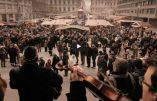 Hongrie: musique, chant et foule en l'honneur des chrétiens persécutés sur un marché de Noël – Superbe!
