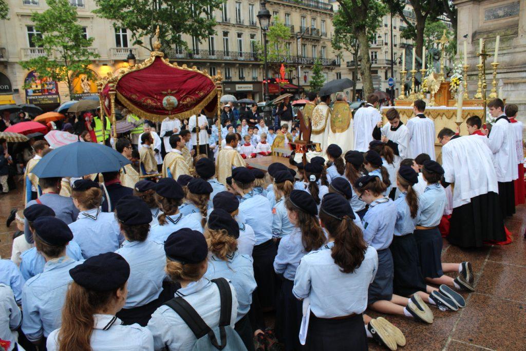fetedieu2016-9-Procession devant la fontaine St Michel