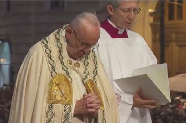 Le pape François debout devant le Saint Sacrement exposé le 26 mai 2016