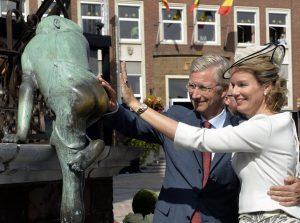 les souverains caressant les fesses de la statue Maca