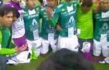 """Quand une équipe de foot se met à genoux et récite le """"Notre Père"""" et le """"Je vous salue Marie"""" après sa victoire"""