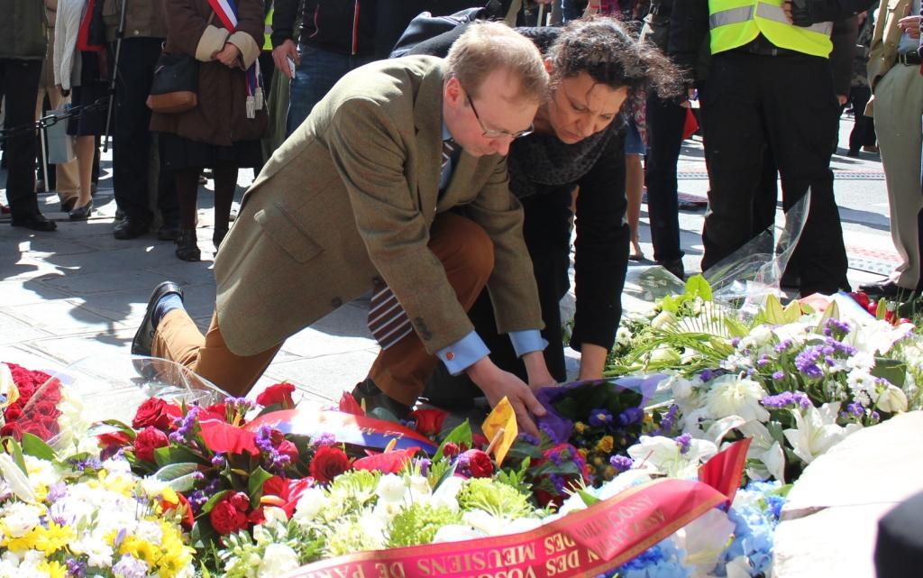 Dépôt d'une gerbe de fleur devant la statue de Jeanne d'Arc