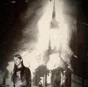 black-metal-montage-de-varg-vikernes-devant-une-eglise-en-feu