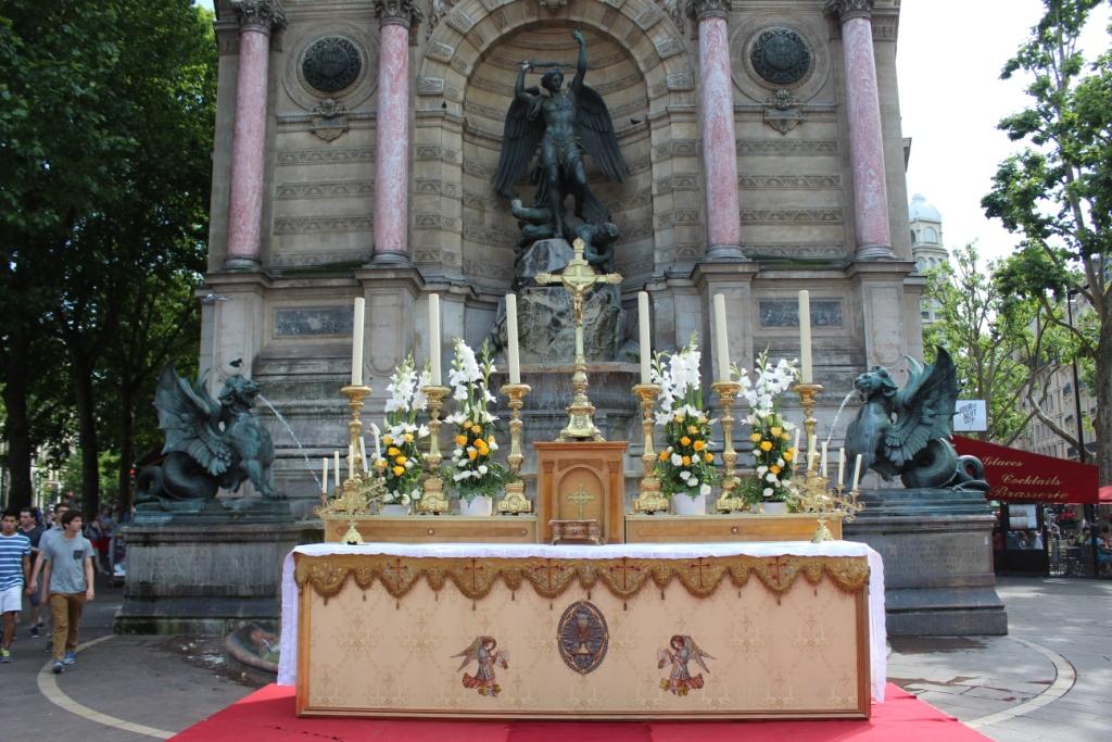 autel devant la fontaine Saint Michel