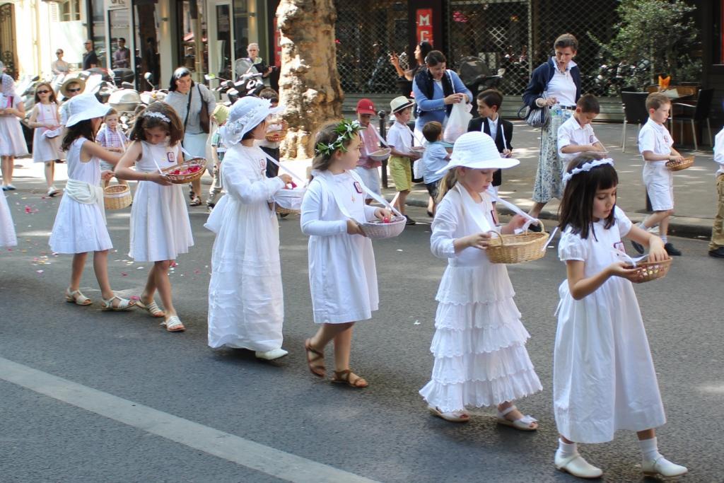 lancé de pétales sur le chemin de la procession
