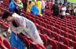 Les supporters japonais nettoient le stade après le match