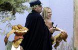 Une Femen tente d'enlever l'Enfant Jésus place Saint Pierre à Rome