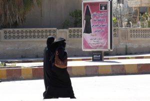 Le panneau d'affichage rappelle quelques consignes strictes concernant la tenue des femmes sur le territoire de l'Etat Islamique