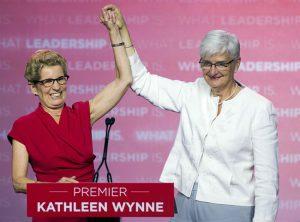 """Kathleen Wynne fête une victoire électorale avec sa """"compagne""""  Jane Rounthwaite"""