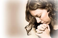 jeune femme prie