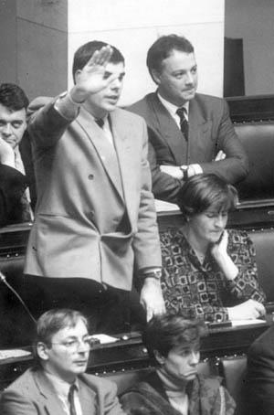 Filip Dewinter (Vlaams Belang) prête serment au parlement. La photo servira évidemment à la reductio ad Hitlerum...
