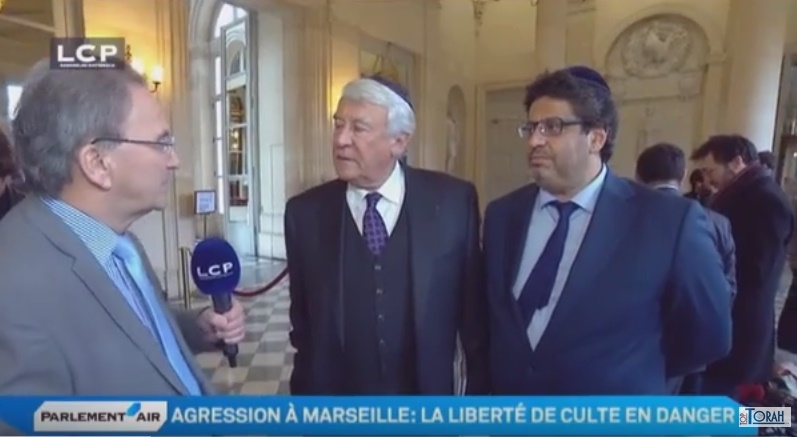 Claude Goasguen et Meyer Habib portant la kippa dans les couloirs de l'Assemblée nationale...