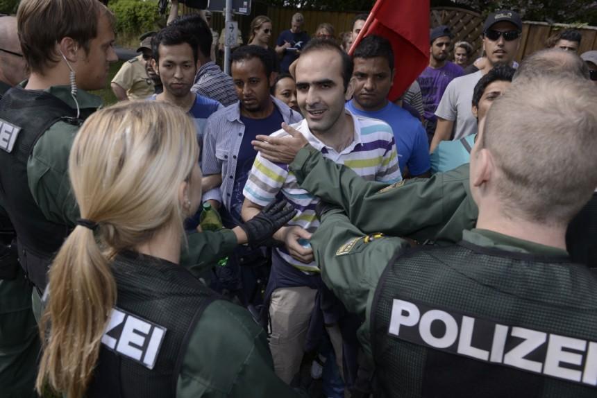 poliezi-vs-migrants