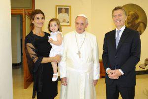 Le pape François recevant le Président argentin, Maurice Macri, avec sa troisième femme, Juliana Awada