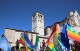 Pour soutenir le pape à Lesbos, des drapeaux arc-en-ciel à Assise
