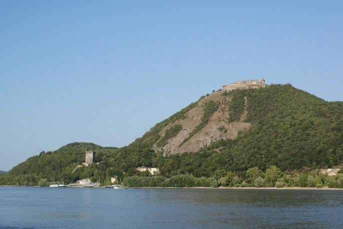 La forteresse située sur les rives du Danube à 40  km au nord de Budapest porte le nom slave de više grad , littéralement « la ville haute » : elle fut détruite par les Turcs au cours des guerres successives des XVIe et XVIIe siècles.