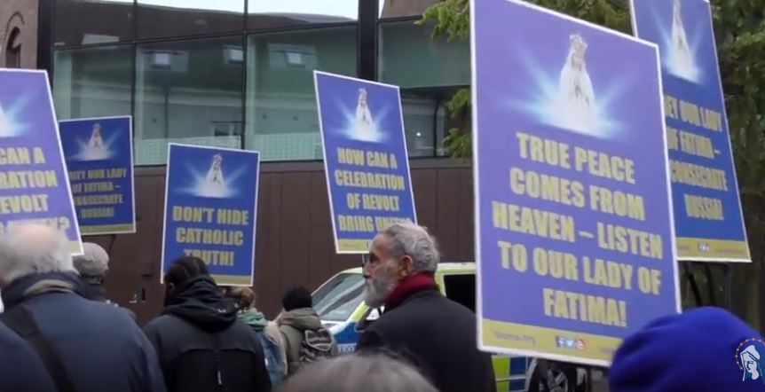 François en Suède: Les catholiques en procession demandent comment la révolte (protestante) pourrait apporter la paix