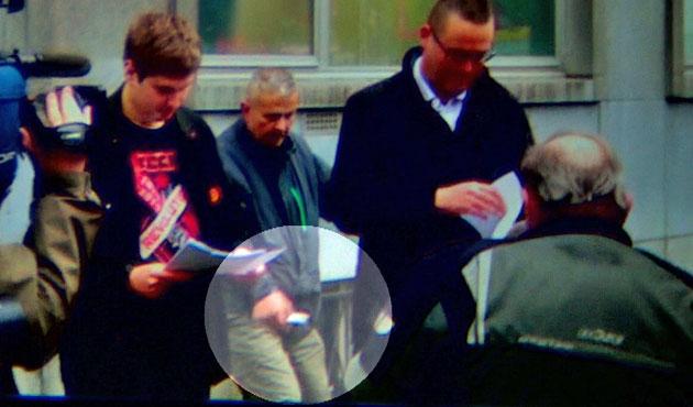 Belgique – Raoul Hedebouw, député très médiatisé du parti d extrême gauche  PTB, a reçu un coup de couteau dans la jambe alors qu il répétait son  discours ... dd1a30f68f3