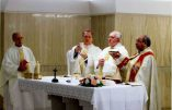 Mgr Rifan, évêque rallié de Campos, concélébrant avec la pape François