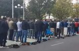 """Clichy : des musulmans prient devant la mairie et l'imam appelle à combattre les """"associateurs"""" (les chrétiens)"""