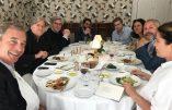 Réunis à table, Nigel Farage, Steve Bannon, Mischaël Modrikamen, Raheem Kassam, Yasmine Dehaene et Laure Ferrari