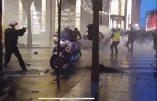 Acte VI à Paris : un policier sort son arme et pointe des Gilets Jaunes