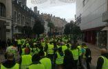 """Acte VI à Tarbes – La foule chante """"Macron on vient te chercher chez toi !"""""""
