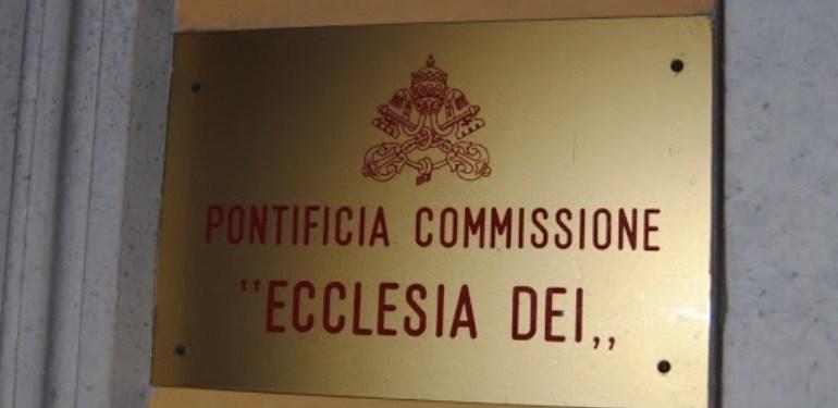 La bagnole fonce... dans un platane ! Commission-ecclesia-dei