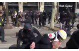 Acte XVIII à Paris – Scène de folie d'un policier frappant quiconque est à sa portée