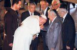 Le pape François et le baise-main à l'envers