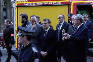 Macron ricanant devant Notre-Dame – La photo qui choque les Français