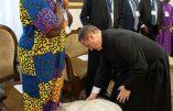 François embrasse les chaussures de politiciens sud-soudanais