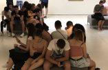Des lycéens en visite au musée au XXIe siècle