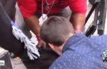 Des blancs embrassent les bottes d'activistes noirs pour s'excuser de l'esclavage
