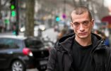 (FILES) This file photo taken on January 16, 2017 shows Russian artist Piotr Pavlenski (L) and his wife Oksana Chaliguina (R) posing in Paris.  Russian performance artist Pyotr Pavlensky, arrested for torching a Paris branch of France's central bank, has been admitted to a police psychiatric unit, a legal source said on October 18, 2017. / AFP / MARTIN BUREAU