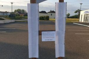 Des guillotines installées dans les Landes avec les noms des parlementaires qui ont voté le passe sanitaire